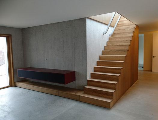 Treppenmöbel als Verbindung zur Dachterrasse, TV Sideboard mit Stoff Front zur Einbindung der Audiokomponenten