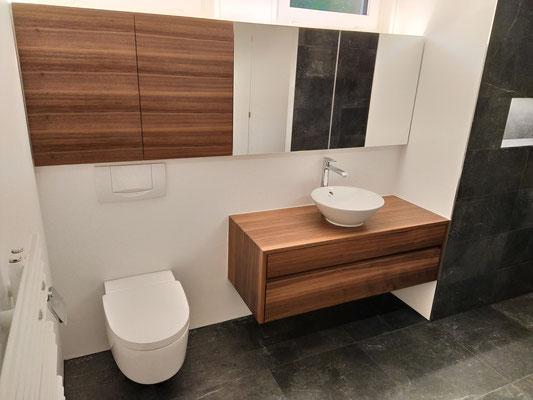 Waschtisch in Nussbaum Amerikanisch massiv,  Oberschrank mit Spiegel- und furnierten Türen