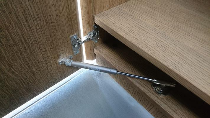Detail der kombinierten Türen mit Gehrungsband und Klappenstütze