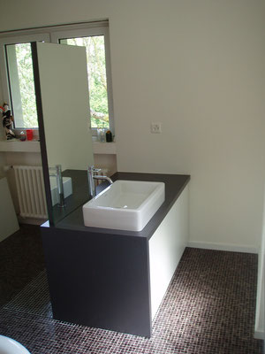 Badezimmermöbel in Kunstharz belegtem Holzwerkstoff und doppelseitigem Spiegel