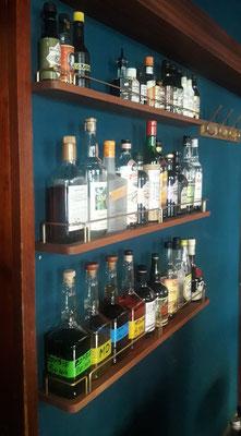 Bar 63 Fachböden für Flaschen mit gebogener Messing Rehling