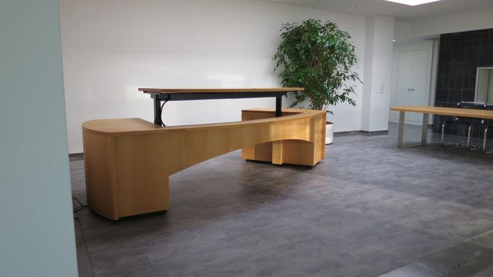 Höhenverstellbare Tischbeine an Seitenkorpus montiert mit Holzverkleidungen