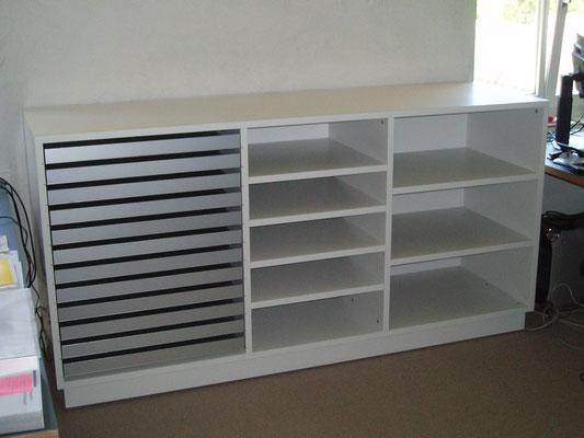 Planschrank lackiert mit ausziehbaren Ablagen in eloxiertem Aluminium