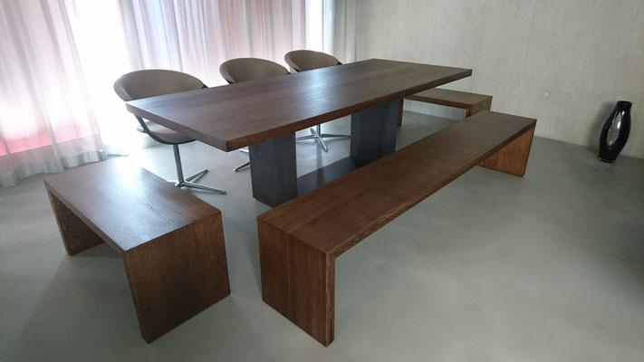 Tischplatte und Bänke in Eiche massiv dunkel geölt, Tischfuss in gewalztem Stahl roh