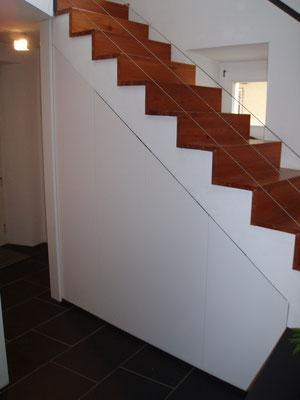 Schrank unter bestehende Treppe eingepasst