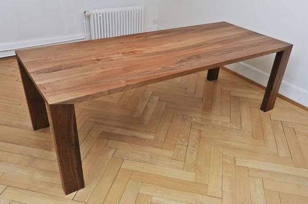 """Esstisch in Europäischem Nussbaum geölt, Tischbeine mittels """"falscher Gehrung"""" verleimt"""