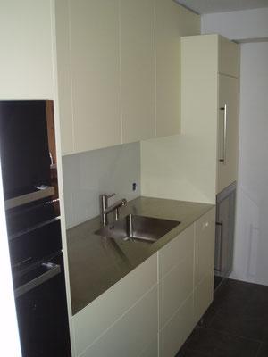 Küche mit integriertem Weinklimaschrank