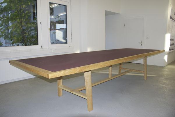 Sitzungstisch in Esche geölt und Platte mit Desk Top Linoleum Format 120 x 360 cm