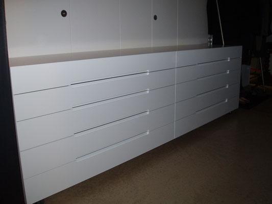 Sideboard lackiert mit Griffräsungen, Fronten mit Seiten und Deckel auf Gehrung schliessend
