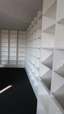 Regale für Bibliothek mit Präsentationsfachböden in CNS gebürstet