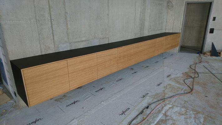 Fronten in Eiche furniert geölt, Deckel und Sichtseite mit Desk Top Linoleum belegt, Länge 660 cm