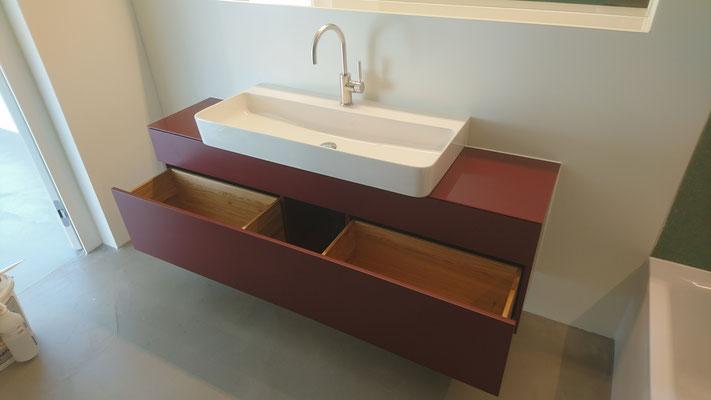 Waschtisch in Holzwerkstoff lackiert mit Massivholzschubladen in Eiche und lackierter Glasabdeckung