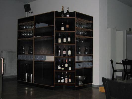 Gedeckstation mit Weinpräsentation