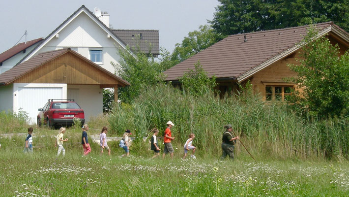 Brandner (neighbour) with schoolchildren on excursion passing the house. Picture 1