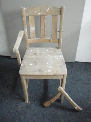 In diesem Zustand wurde der Stuhl auf dem Sperrmüll gesehen und kurzerhand mitgenommen.