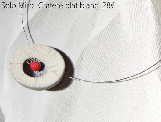 detail du collier en argile cuite rouge et blanc