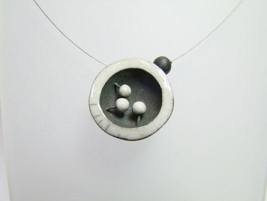 description detaillée du collier raku noir et blanc
