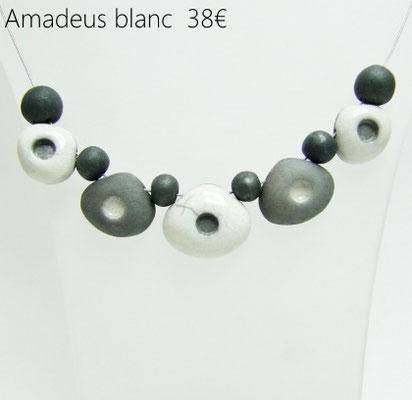 voir en detail ce collier en perles ceramique raku blanches