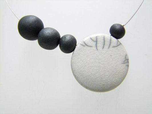 fiche descriptive de ce collier blanc et noir en ceramique raku