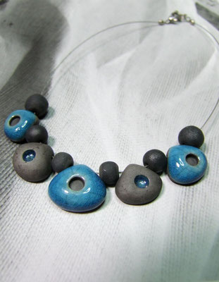 collier noir et bleu en raku