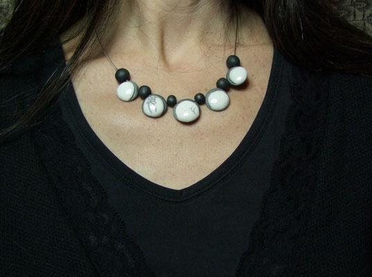 collier en céramique raku noir et blanc