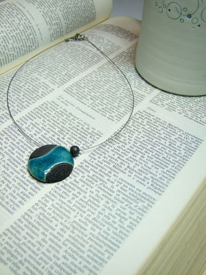Bijou contemporainnoir et bleu