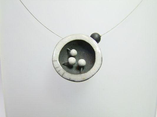 collier en poterie noir et blanc de simplement terre
