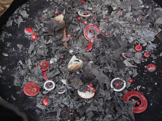 perles enfumées ceramique raku rouge et blanches atelier simplement terre chloe bercovici