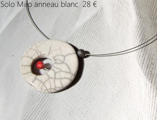 """detail du collier contemporain artisanal de """"simplement terre"""""""