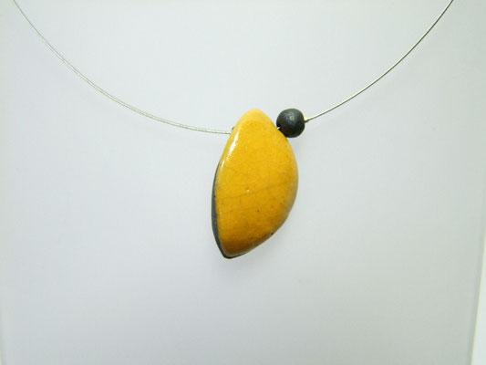 description détaillée de ce collier jaune en raku