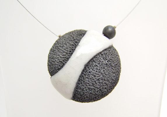 description de ce collier ceramique raku de l'atelier simplement terre