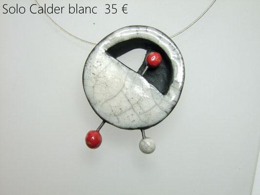 Details du collier en ceramique contemporain