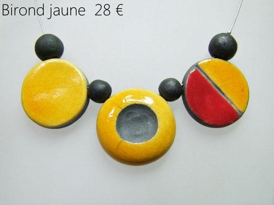 acceder à la description du collier a trois perles colorées