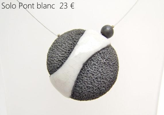 voir ce collier original en ceramique raku noir et blanc