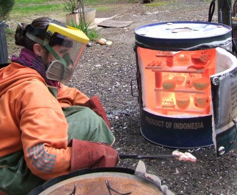 travail d'atelier ceramique defournement de cuisson raku atelier simplement terre choe bercovici