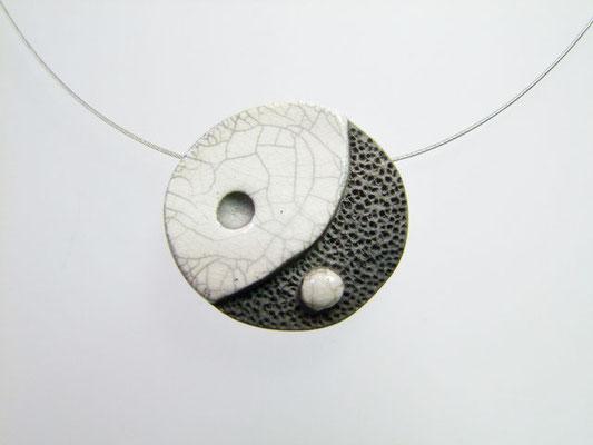 description du collier blanc en ceramique raku de l'atelier simplement terre