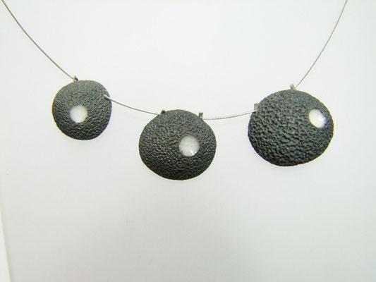 voir le collier asymetrique en raku