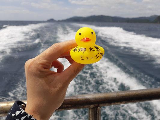 大島へ向かう船内。アヒルさんは島に着いてからのお楽しみで、大島プロジェクトの皆さんが配ってくださいます。
