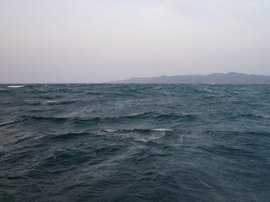 4月14日 天候最悪 南西16m 波の高さ2.8m 強風波浪注意報発令中 島陰付近まで出漁