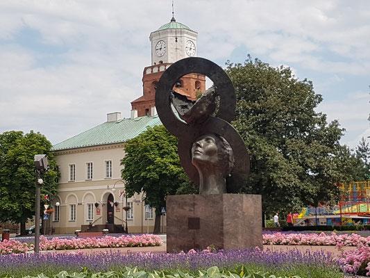 Mahnmal der Ewigen Liebe, im Hintergrund das Rathaus