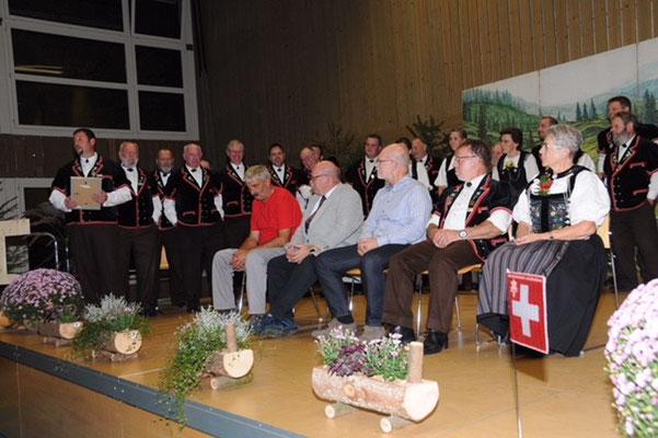 Alfred Lerch (im roten Küchenmannschaftsshirt) wird zum Ehrenmitglied ernannt