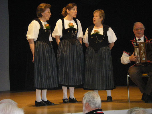 Terzett Heidi Kohler, Annelies Trüssel, Elisabeth Kammermann, begleitet von Oskar Kammermann