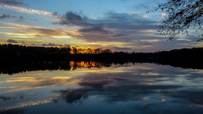 Hullerner Stausee im Spätherbst beim Sonnenuntergang