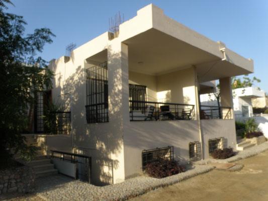 Unsere neue Villa (linke Terrasse ist unsere)