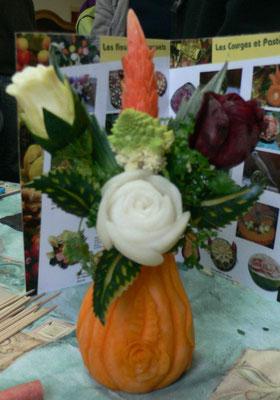 Vase en butternut sculpté et bouquet de légumes - 40 €