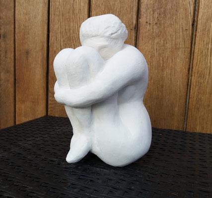 La femme recroquevillée - en pierre blanche