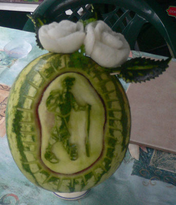 Randonneur sculpté sur une pastèque - 35 €