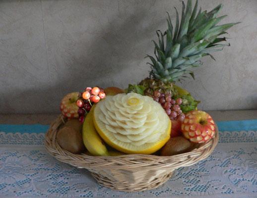 Panier de fruits avec fleurs en pomme, melon jaune et kiwi - 40 €