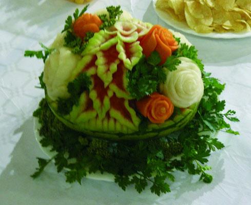 Panier en pastèque avec bouquet en navets et carottes - 55 €
