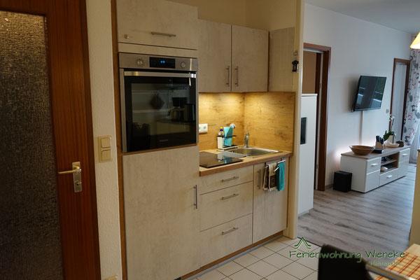 Küchenzeile mit modernen Elektrogeräten